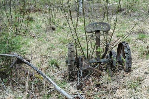 En gammal slåttermaskin som blivit kvar på den tidigare åkermarken vid Vallenbodarna