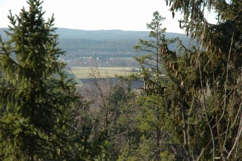 Utsikt från bergstoppen mot Skesta, Gingsta, Röde och Ulvberget längs bort