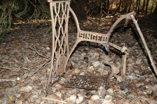 och den här gamla Singer-symaskinen av trampmodell
